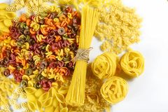 食物概念-在白色背景,顶视图,集合的各种各样的未煮过,未加工的意大利面团 免版税库存照片