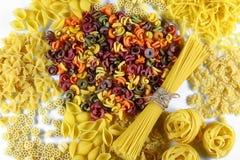 食物概念-在白色背景,顶视图,集合的各种各样的未煮过,未加工的意大利面团 免版税库存图片