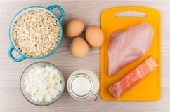 食物浓在蛋白质和碳水化合物上在桌上 库存照片