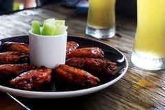食物烤了鸡菜和冰镇啤酒在玻璃在木桌上 免版税库存图片