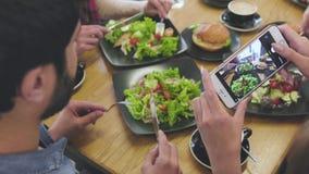 食物照片 关闭妇女手照相在餐馆 影视素材
