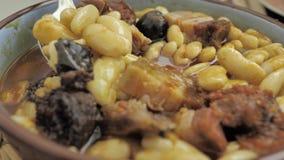 食物的关闭:全国北西班牙盘:Fabada,在一块圆的白色板材 影视素材