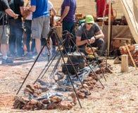 食物的准备在前进的适应在骑士节日在戈伦公园在以色列 免版税库存照片