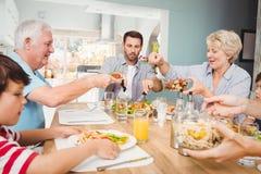 给食物的老婆婆爷爷,当坐在餐桌上时 图库摄影