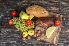 食物的仍然一张顶视图在土气木桌上的 免版税库存图片