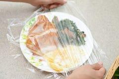 食物盖与紧贴影片 免版税库存照片
