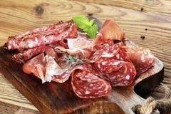 食物盘子用可口蒜味咸腊肠、未加工的火腿和意大利crudo或者ja 图库摄影