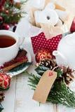 食物礼物油炸圈饼和圣诞节stollen用茶 免版税库存照片