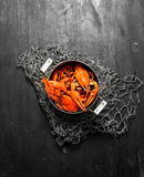 食物纤巧 在罐的新鲜的煮沸的小龙虾 库存照片