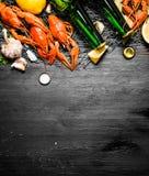 食物纤巧 煮沸的小龙虾用啤酒和香料 免版税库存照片