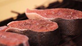 食物美好的射击  人油煎鱼红色利益在格栅的 人翻转鱼手利益  厨师 股票录像