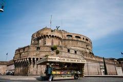 食物老外部罗马废墟无盖货车 库存照片
