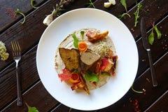食物肉纤巧盘菜面团菜点心饮料鸡尾酒 库存照片