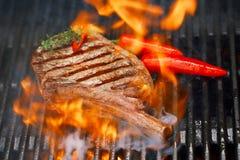 食物肉-在bbq烤肉格栅的牛排与火焰 图库摄影