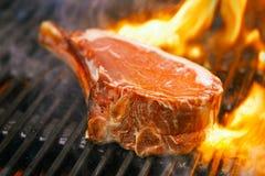 食物肉-在bbq烤肉格栅的牛排与火焰 免版税库存照片