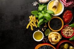 食物背景与各种各样的鲜美新鲜的成份的食物概念 图库摄影