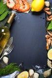 食物背景用海鲜和酒 免版税库存照片