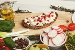 食物背景用鲜美三明治和有机新鲜蔬菜 免版税库存照片
