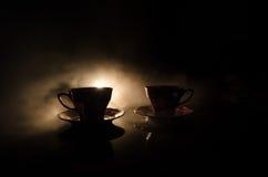 食物背景茶和咖啡题材 老有杯子水罐和糖杯子的葡萄酒陶瓷茶或咖啡罐在与锂的黑暗的背景 库存照片