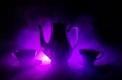 食物背景茶和咖啡题材 老有杯子水罐和糖杯子的葡萄酒陶瓷茶或咖啡罐在与锂的黑暗的背景 免版税库存图片