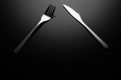 黑食物背景,反射性表面上的银器与拷贝空间 免版税图库摄影