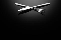 黑食物背景,反射性表面上的银器与拷贝空间 免版税库存照片
