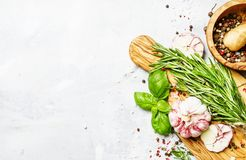 食物背景,新鲜的迷迭香,绿色蓬蒿,大蒜,胡椒 免版税库存图片