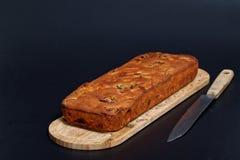 食物自创果子在木板结块大面包 免版税库存照片