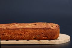 食物自创果子在木板结块大面包 库存照片
