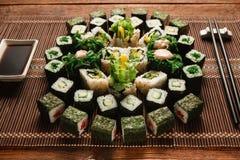 食物艺术,开胃绿色寿司卷设置了特写镜头 图库摄影