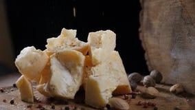 食物艺术 不同的类乳酪和坚果在木背景美妙地安排了 跌倒红色圆的胡椒 影视素材