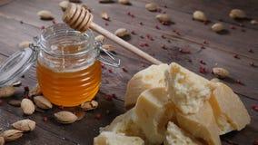 食物艺术 不同的类乳酪和蜂蜜在玻璃碗在木背景美妙地安排了 顶视图 红色 影视素材