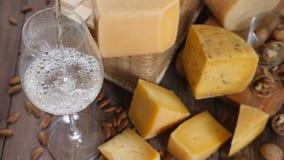 食物艺术 不同的类乳酪在木背景美妙地安排了 顶视图 白葡萄酒涌入 影视素材