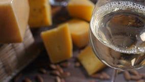 食物艺术 不同的类乳酪在木背景美妙地安排了 顶视图 白葡萄酒涌入 股票视频