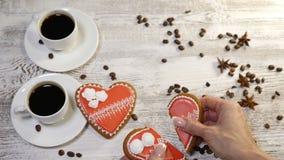 食物艺术 残破的概念重点 2个杯子freshbrewed咖啡和2个心形的在木安置的姜饼曲奇饼 股票视频