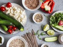 食物集合素食主义者 夏南瓜,花椰菜,甜椒, soba面条,奎奴亚藜,荞麦-健康素食食物 在灰色bac 库存图片