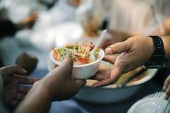 食物需要可怜的人民在这个行星的每个国家发生:给的概念 库存照片
