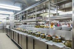 食物预习功课线在商业厨房里 免版税库存图片