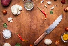 食物香料花椰菜盐和大蒜草本刀子框架的成份与空间发短信给rustiÑ 木背景顶视图 免版税库存照片