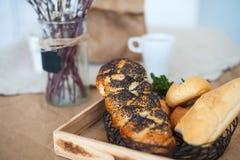 食物,与罂粟种子的卷的美好的图片在轻的纹理颜色 面包在土气ta的背景的一个篮子在 库存图片