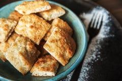 食物,蓝色板材的开胃图片用在一张黑暗的木桌的背景的一个方形的家庭曲奇饼 曲奇饼结构 库存图片