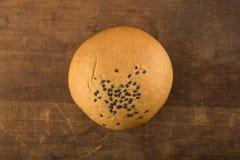 食物:全麦小圆面包顶视图在木背景的 库存照片