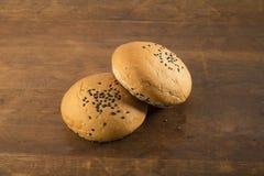 食物:在木背景的全麦小圆面包 库存图片