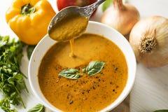 食物:汤用烤胡椒和蕃茄 免版税库存照片