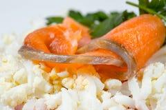 食物-三文鱼用绿色荷兰芹 库存图片