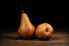 食物 在一张黑暗的木桌上的水多的梨会议 库存图片
