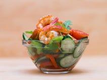 食物 海螯虾沙拉,米黄背景 免版税图库摄影