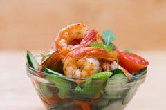 食物 海螯虾沙拉,米黄背景 免版税库存图片