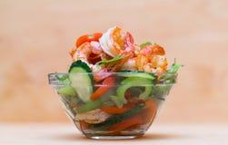 食物 海螯虾沙拉,米黄背景 免版税库存照片