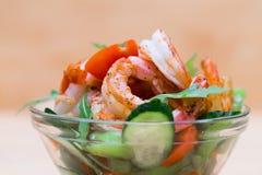 食物 海螯虾沙拉,米黄背景 库存图片